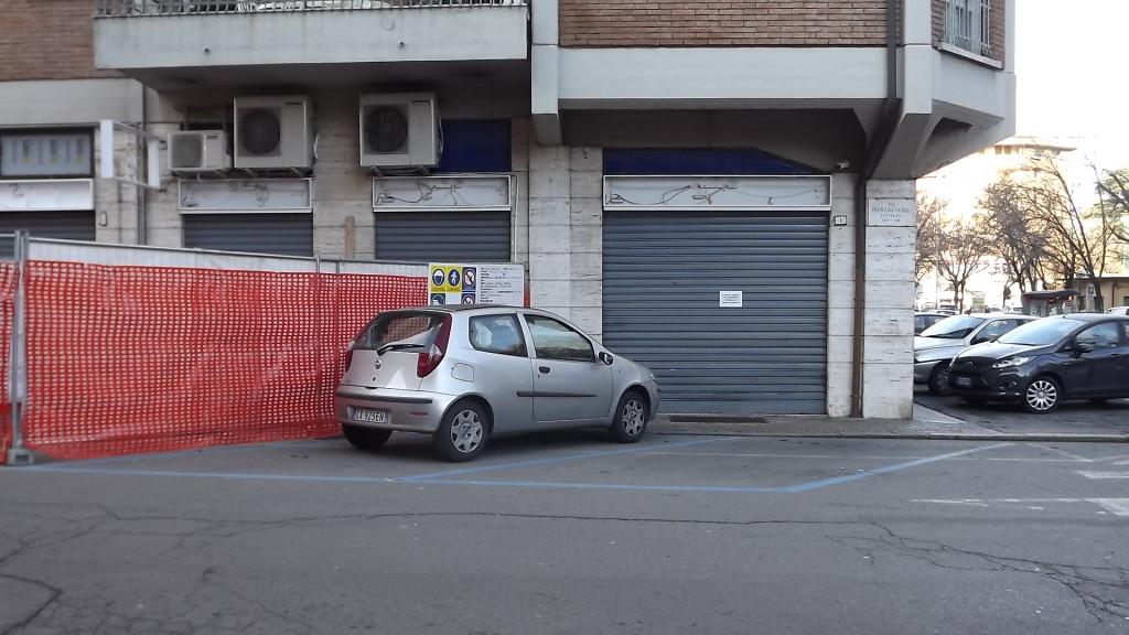 """Reggio Emilia, angolo fra via Cassoli e viale dei Mille: la ex sala slot """"Admiral"""", chiusa con un'ordinanza del Comune."""