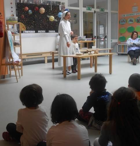suor Enrica Solmi coi bambini della scuola S.Ambrogio di Rivalta