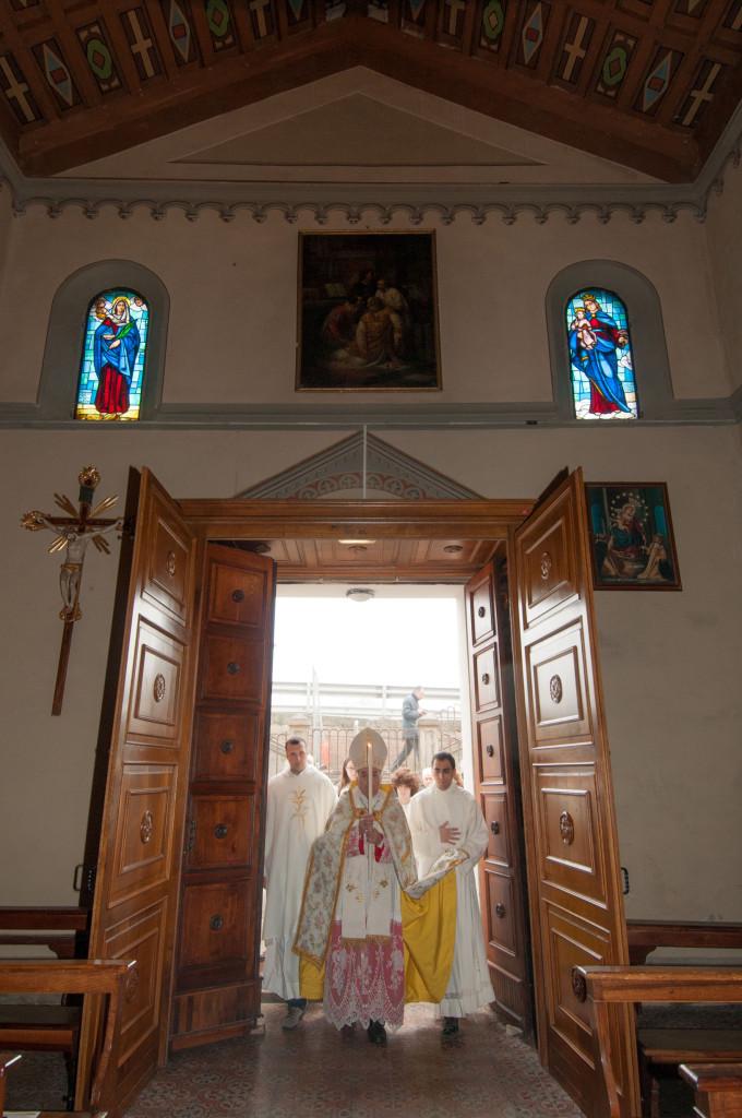 Il Vescovo Massimo Camisasca 'riapre' la porta della chiesa parrocchiale di Tagliata di Guastalla