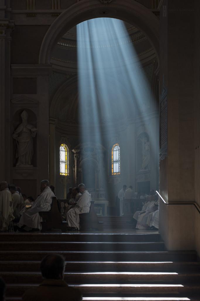 Un suggestivo scatto realizzato dal fotografo Andrea Aldrovandi nella Cattedrale di Reggio Emilia durante la Messa Crismale del Giovedì Santo 17 aprile 2014, presieduta da monsignor Camisasca