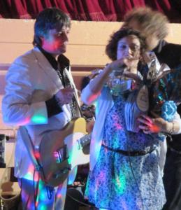 """Sulla sinistra: il frontman dei Ridillo, Daniele """"Bengi"""" Benati, durante un momento del live"""