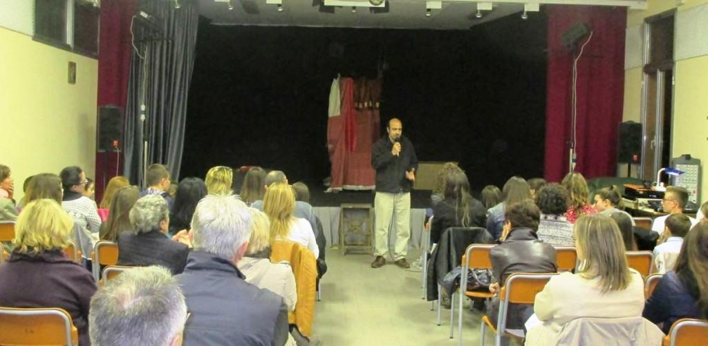 """San Giacomo di Guastalla, sabato 3 maggio: l'autore teatrale, sceneggiatore e regista Giampiero Pizzol 'introduce' lo spettacolo """"Una bambina di nome Maria"""", di cui sotto vediamo alcune immagini tratte dalla stessa rappresentazione."""