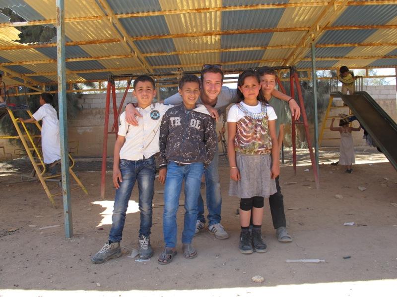 L.R. con bimbi siriani