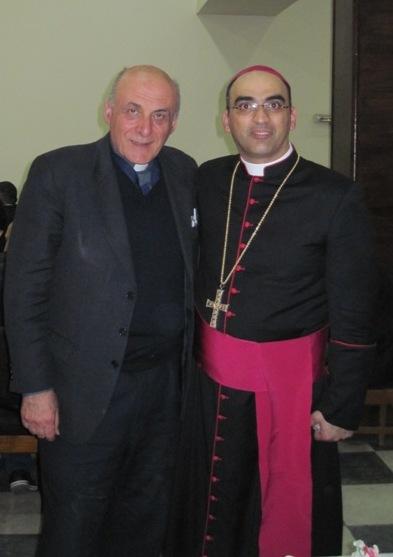 Don Giuseppe Dossetti con il vescovo cattolico caldeo iracheno Saad Sirop Hanna, ausiliare della Metropolia patriarcale di Babilonia dei Caldei nel giorno della ordinazione episcopale del sacerdote iracheno (Baghdad, gennaio 2014)