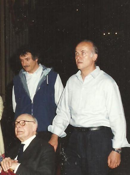 Avio Melloni (primo da sinistra in piedi), assieme al cugino Giorgio Zamboni, con l'illustre studioso inglese Sir Denis Mahon, in Ghiara durante il restauro degli affreschi e dei quadri.