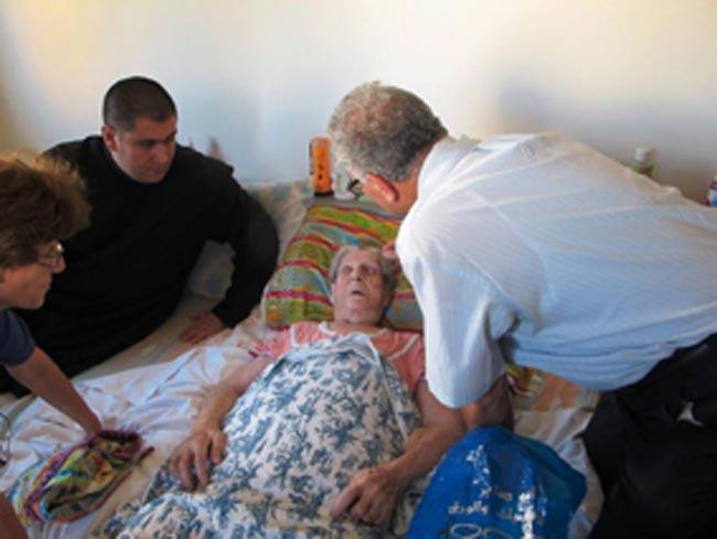2014-08-Gaza-Conflitto_Padre-Jorge-con-un-malato-2-bassa
