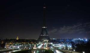 Parigi, 8 gennaio. Le luci della Tour  Eiffel spente in memoria delle vittime dell'attacco  alla redazione di Charlie Hebdo