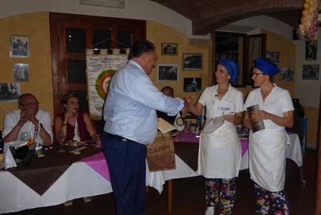 9-Veroni-premia-la-titolare-la-cuoca-del-Ristorante-Come-Una-Volta-di-Correggio