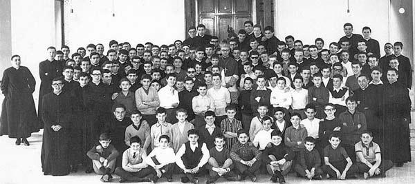 Foto-1.-Gruppo-studenti-con-vescovo-Baroni_-giugno-1965