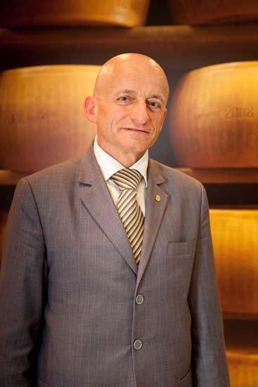 Giuseppe-Alai-con-forme-alle-spalle