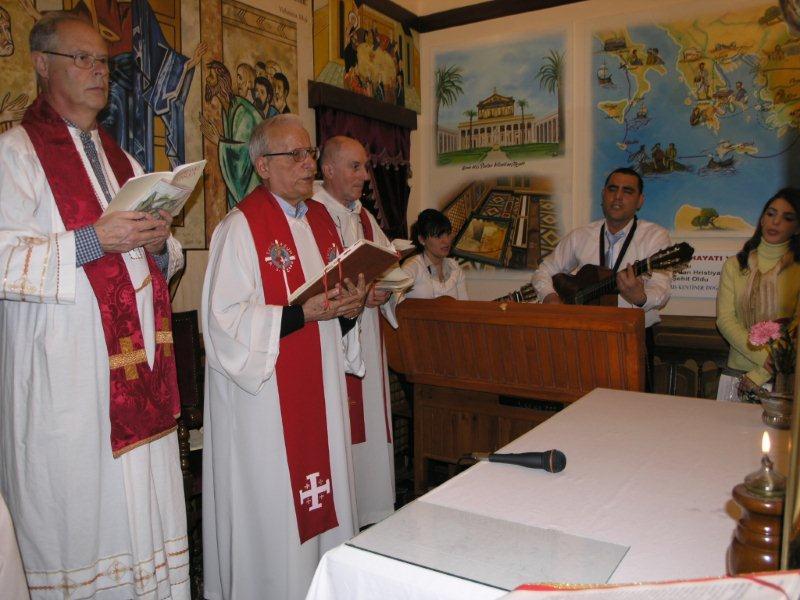 Padre Bizzeti (primo da sinistra) durante una celebrazione eucaristica ad Antiochia