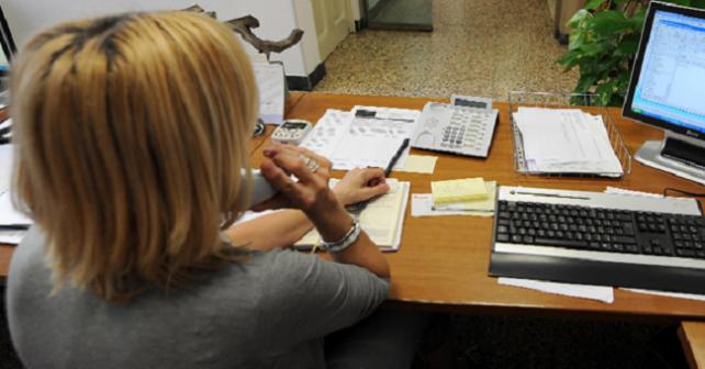 donna al lavoro nella sua azienda