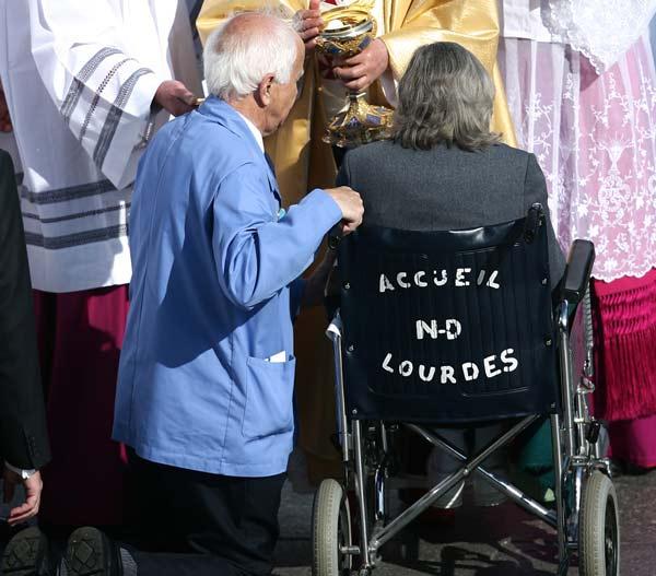 Papa-Bendetto-Lourdes-2008-malati