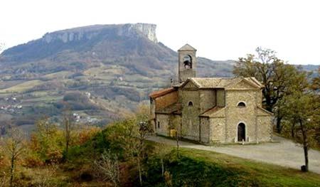 Chiesa-di-Garfagnolo-e-Pietra-di-Bismantova--(archivio-Redacon)