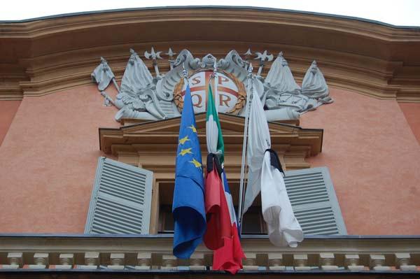 Parigi---bandiere-a-lutto-(1)
