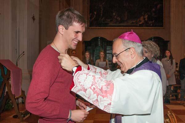vescovo-e-giovani