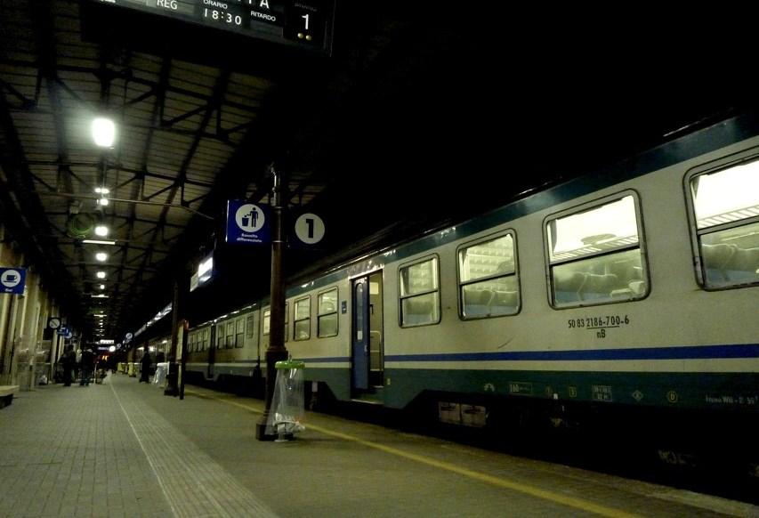 treno in stazione di sera-2