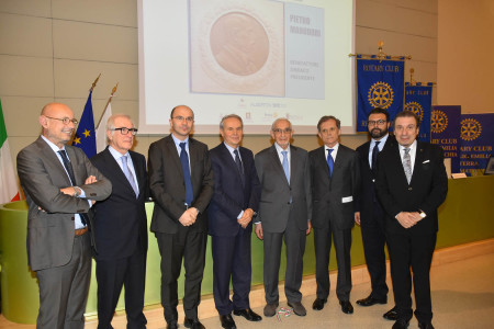 I relatori del convegno con il sindaco Luca Vecchi