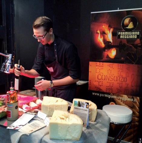 Un giovane chef di jRE nel corso di un evento realizzato in collaborazionen con il Parmigiano Reggiano