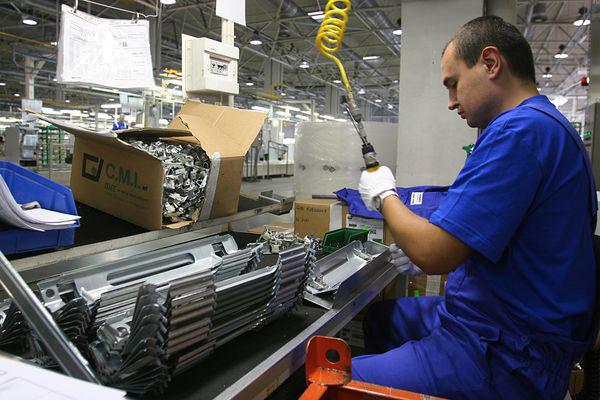 operaio-al-lavoro-in-fabbrica