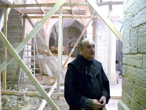 Il-direttore-del-museo-Eugenio-Alliata-illustra-i-ritrovamenti-durante-una-fase-dei-lavori