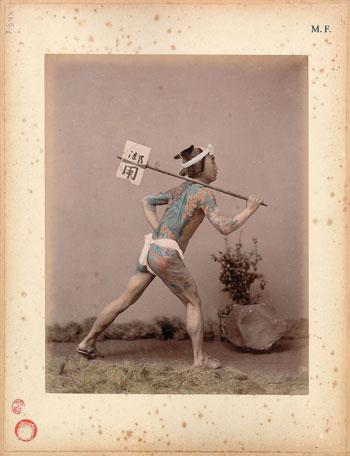 Kusakabe-Kimbei,-Corriere-tatuato-(hikyaku),-1885-circa