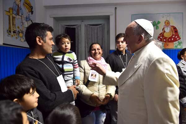 FOTO-ROMANO-SICILIANI---papa-Francesco-saluta-le-famiglie---4