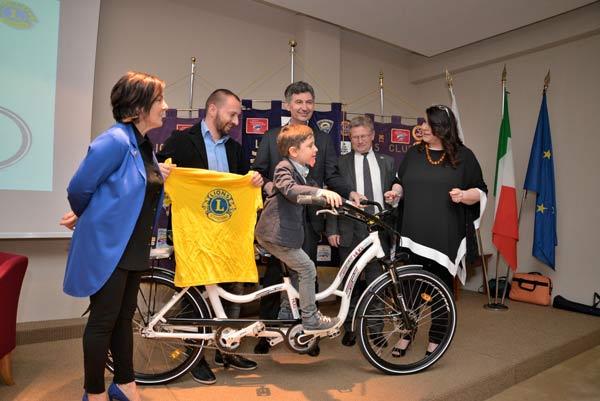 La-consegna-della-Hug-Bike-alla-Famiglia-Quaglia