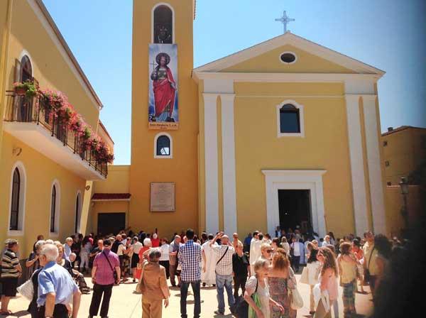 fedeli-sagrato-chiesa