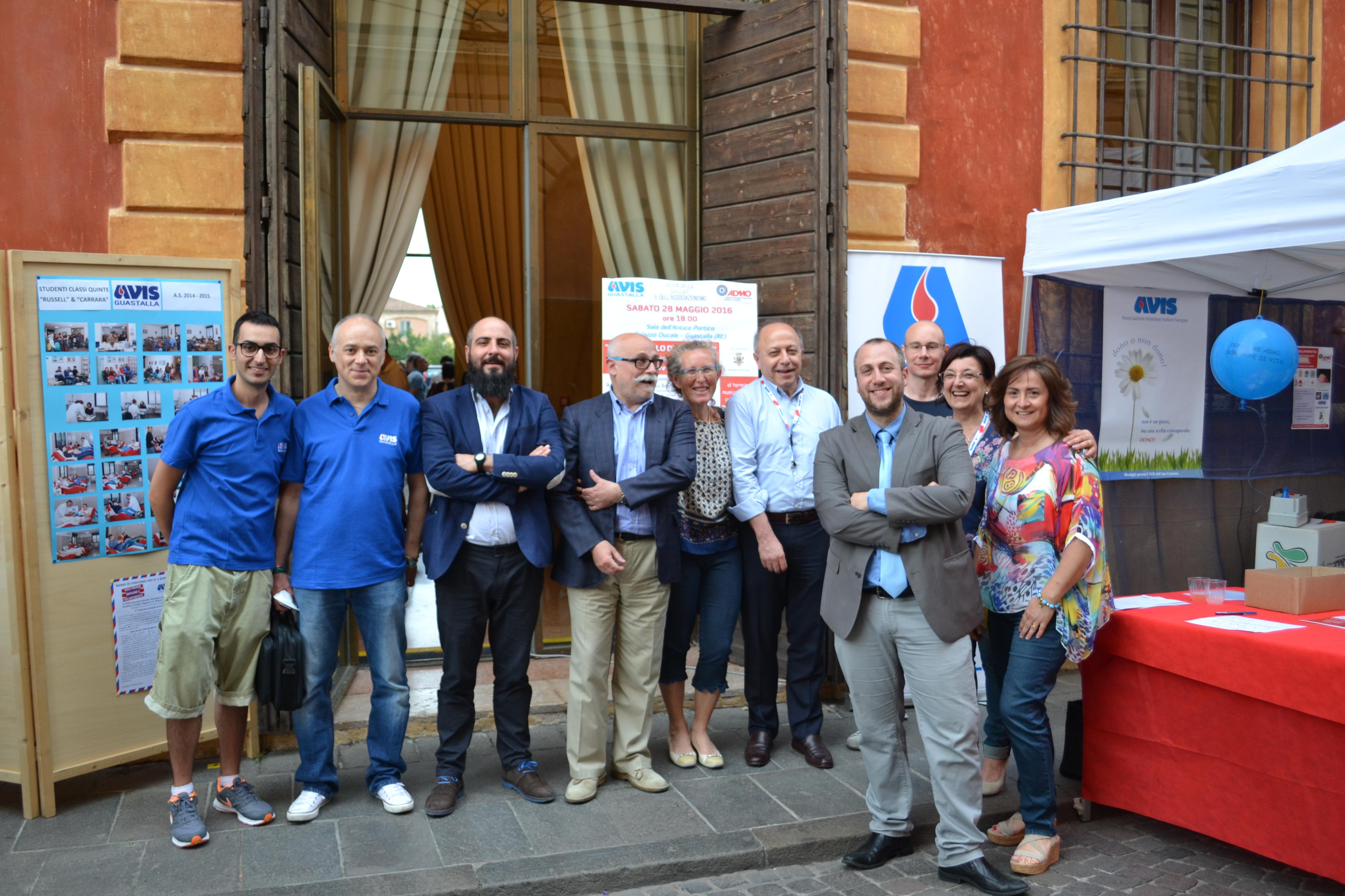Lo staff organizzativo e alcuni degli ospiti posano per una foto insieme a conclusione dell'evento