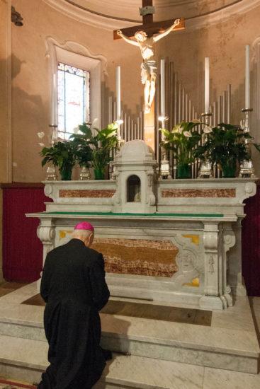 Vescovo in preghiera