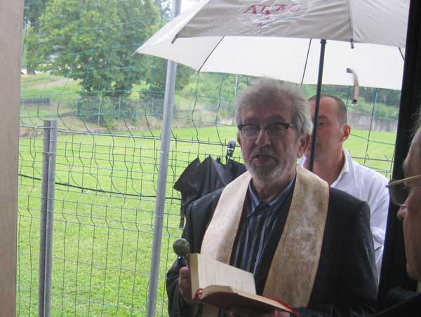 la-benedizione-di-don-Pietro-ed-intitolazione-spogliatoi-al-campo-a-don-Casotti