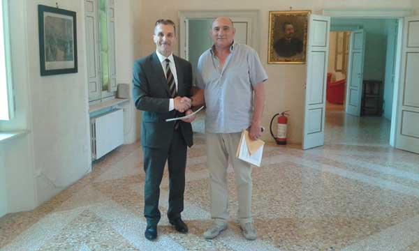 Il-presidente-Cai-e-il-sindaco-di-Villa-Minozzo-alla-firma-della-convenzione