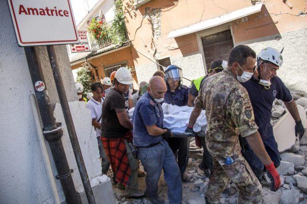 Amatrice, 24-08-2016. il terremoto ha devastato il centro di Amatrice. I soccorritori cercano di estrarre ancora dei corpi.