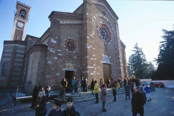 chiesa-aperta-gente-uscita-da-messa