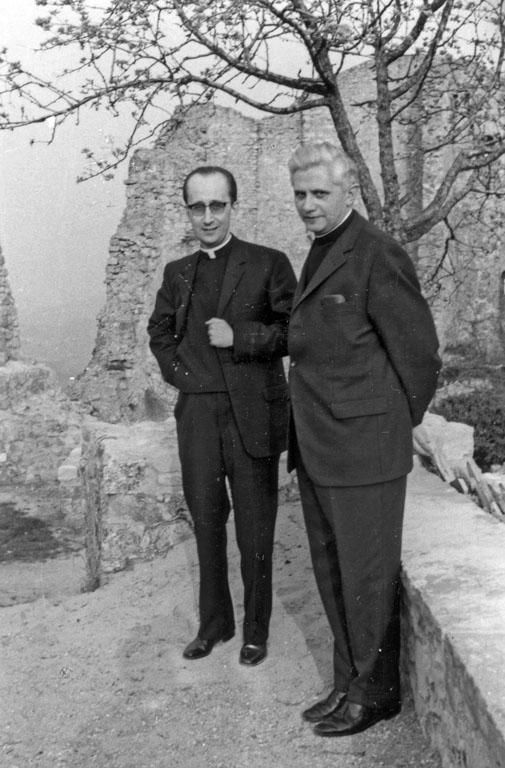 """Una foto """"storica"""", che ritrae i """"professori"""" Ruini e Ratzinger davanti ai ruderi del Castello di Canossa. Era il 1971."""