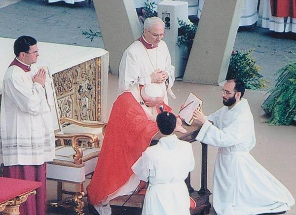 padre Lorenzo Motti (a dx, in ginocchio) con Papa Giovanni Paolo II il 19 maggio 2002, in piazza San Pietro.