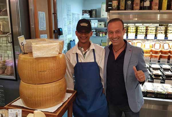 Nicola-Bertinelli---a-destra---in-un-punto-vendita-specializzato-a-New-York