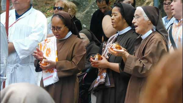 Sr-Lucia-e-2-sorelle-malgasce,-sr-Lucie-e-sr-Florence,-durante-la-consacrazione-della-Parrocchia-alla-Madonna-del-Carmine