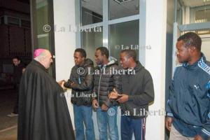 2016-11-30 Mons. Vescovo visita Immigrati